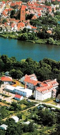 Blick vom Weinbergareal über den Crivitzer See bis zur Kirche